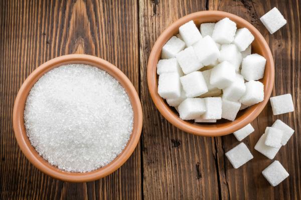 bowl of sugar granules and bowl of sugar cubes